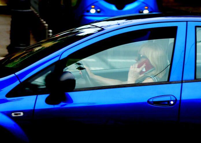 Objavljujemo koliko vozača i pješaka koristi mobitel u prometu