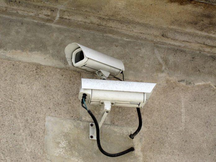 1280px-Caméras_de_surveillance_sur_la_voie_publique