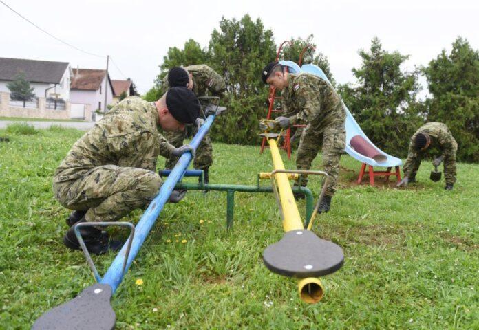 Pripadnici HV-a uređuju dječja igrališta u Bjelovaru