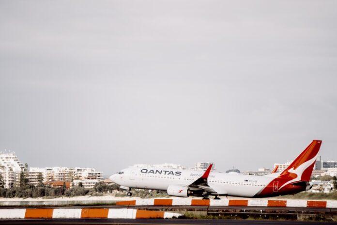 Australska aviokompanija Qantas učinit će cijepljenje protiv koronavirusa obveznim za sve putnike.