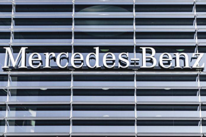 Muškarac bagerom uništio 50-ak vozila Mercedes Benza