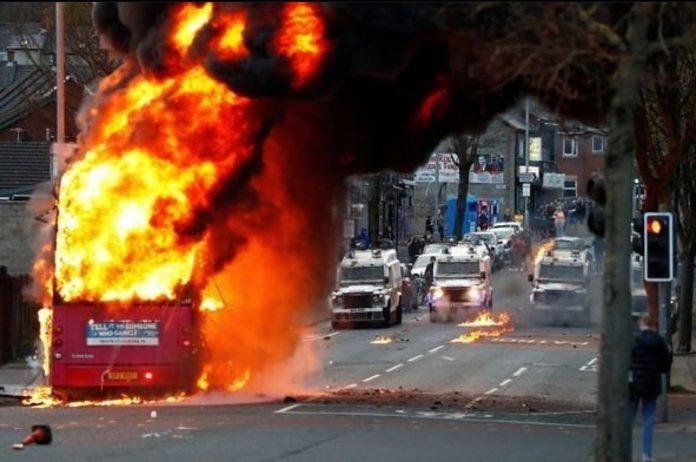Belfast: Policija prvi put nakon šest godina koristila vodene topove kako bi rastjerala prosvjednike