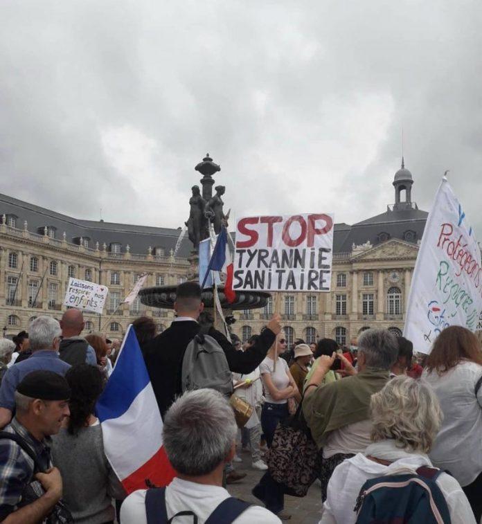 Tisuće prosvjednika protiv COVID-19 propusnice na francuskim ulicama